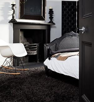 черное ковровое покрытие в спальне