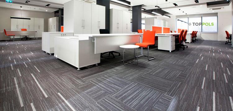 серый ковролин в офисе