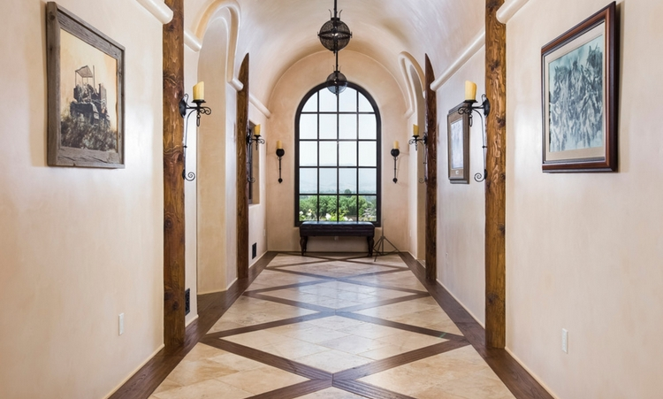 плитка в коридоре дома