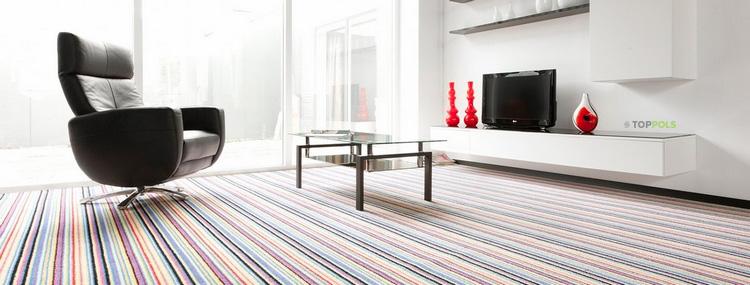 полосатая ковровая плитка в номере отеля