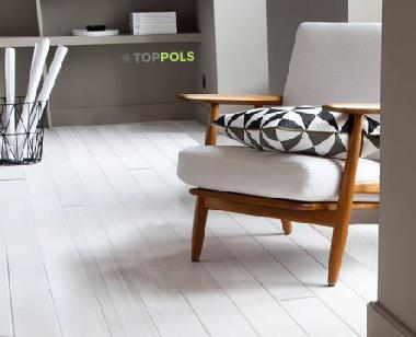 кресло на белом полу