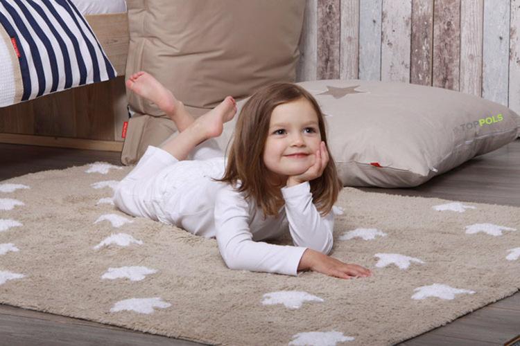 девочка на ковре