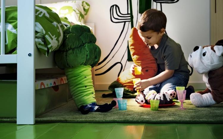ребенок на полу играет в игрушки