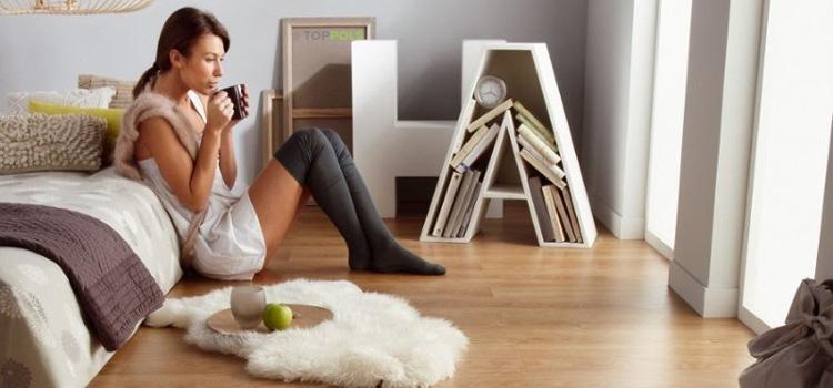 девушка пьет чай на новом полу