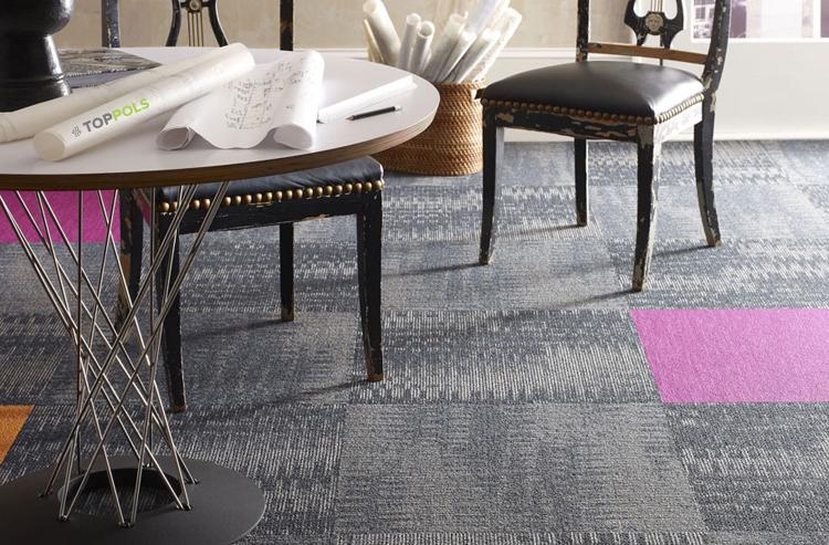 серая ковровая плитка