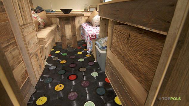 виниловые пластинки на полу