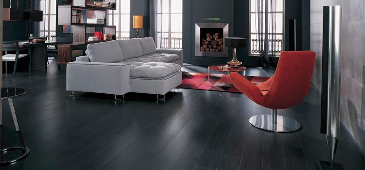 черный деревянный пол в гостиной