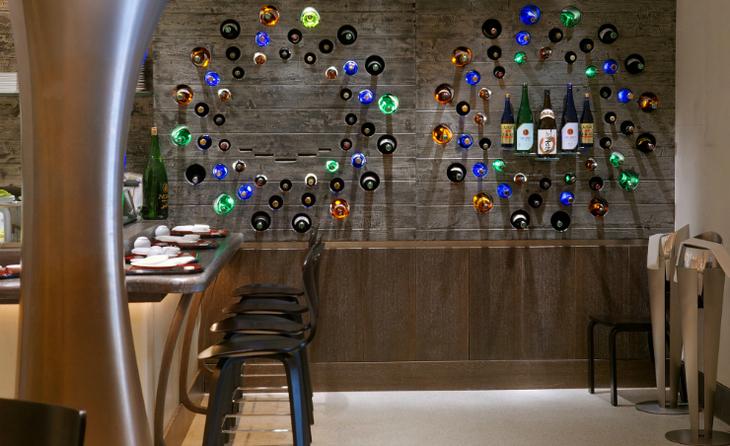 декор цветными бутылками на стене