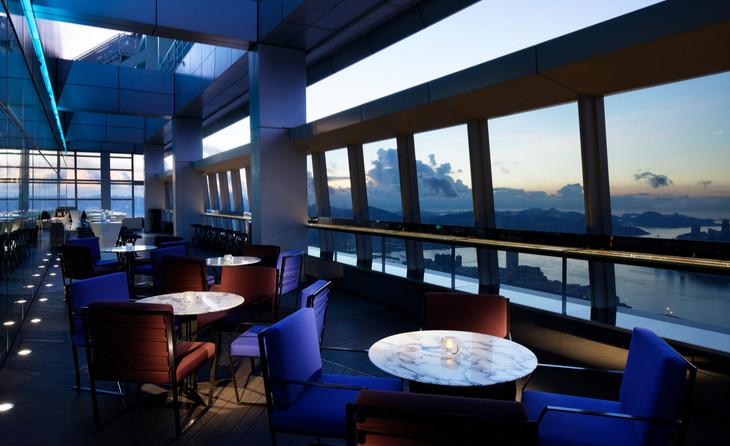 кафе с большими панорамными окнами с видом на город