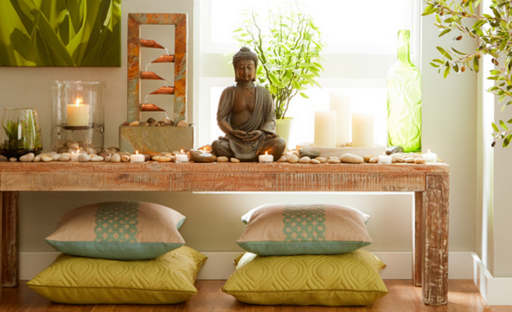 место для медитации со свечами и статуэткой в доме