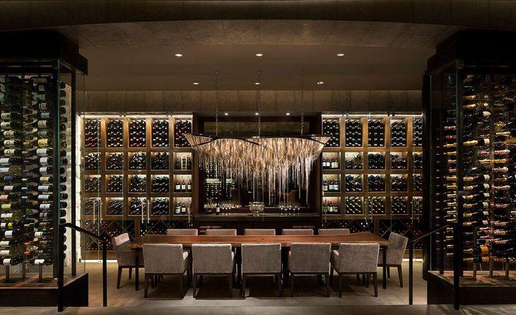 стеллажи с вином как вариант оформления ресторана
