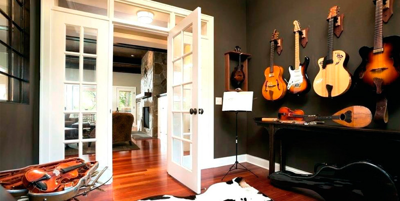 гитары на стенах