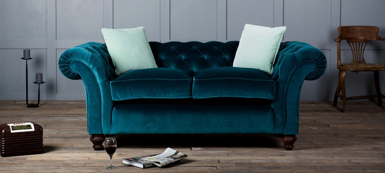 темный велюровый диван