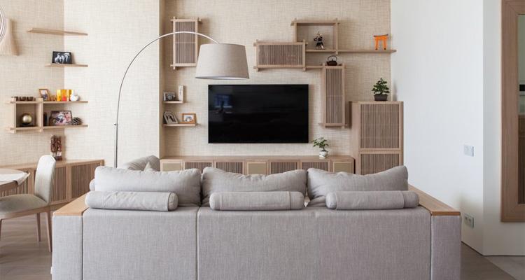 диван в минималистичной гостиной
